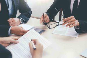 Geschäftsleute besprechen einen Vertrag