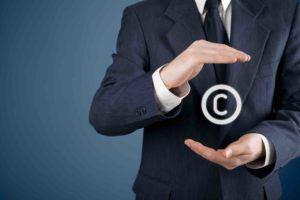 Anwalt hat Copyright Zeichen in der Hand