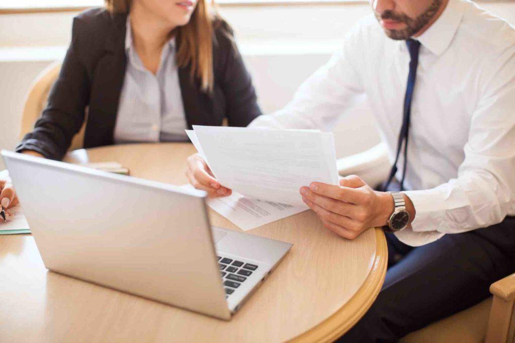 Rechtsanwalt berät Mandanten mit Laptop