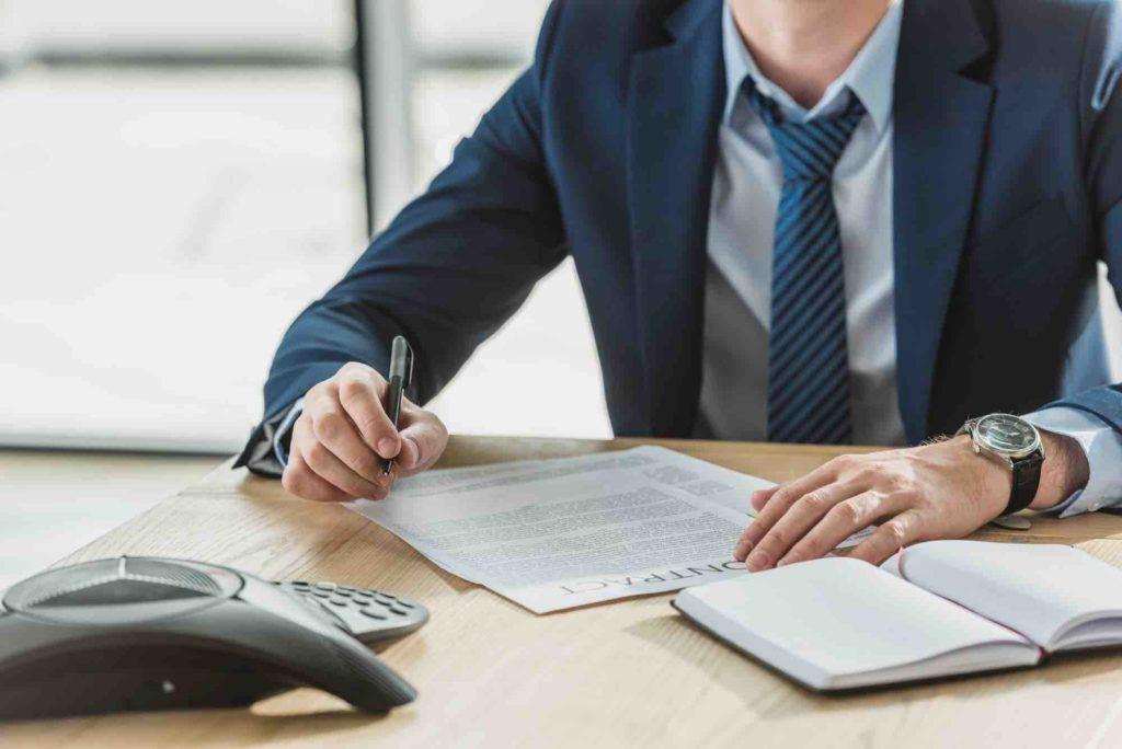 Anwalt ertstellt Vertrag für Mandanten