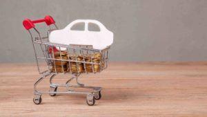 Münzen und Papierauto liegen im Einkaufswagen - Schadenersatzrecht