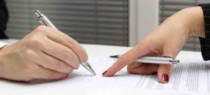 Mann unterschreibt einen Scheidungsantrag