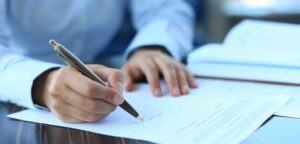Frau unterschreibt einen Scheidungsantrag