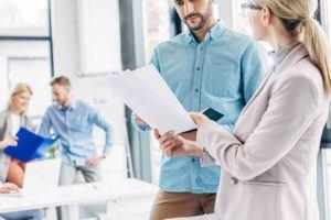Unternehmer bespricht mit Anwältin Markenstrategie