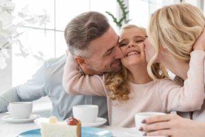 Eltern geben Kind eine Umarmung - Familienrecht