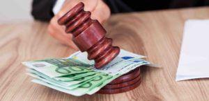 Hundert Euro Scheine liegen unter Gerichtshammer