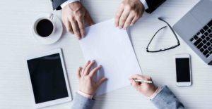 Geschäftspartner unterzeichnen Lizenzvertrag