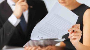 Mann und Frau studieren Scheidungsunterlagen