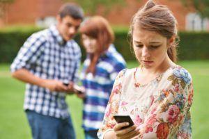 Teenager wird übers Handy von anderen gemobbt