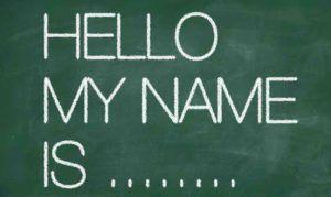 Auf einer Tafel steht Hello My Name is...