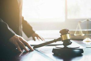 Gerichtshammer im Strafgericht
