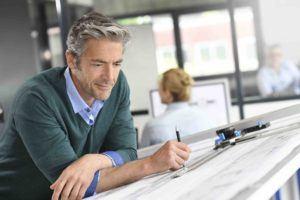 Baurecht Anwalt überprüft Bauplan