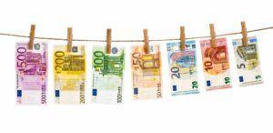 Euronoten hängen an Wäscheleine