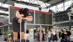 Frau am Flughafen Flug fällt aus
