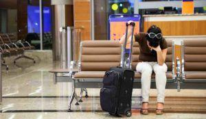Frau am Flughafen Koffer