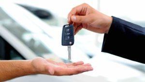 Mann übergibt Autoschlüssel an Mann