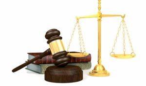 Richterhammer Gesetzbücher Waage