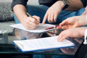 zwei Unterzeichner eines Vertrags