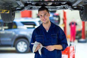 Mechaniker unterm Auto im Werkstatt