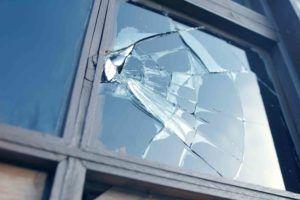 Eingeschlagenes Fenster