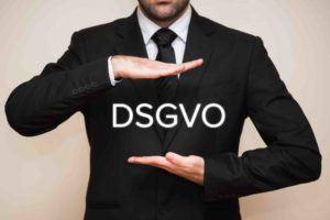 Anwalt hat Schriftzug DSGVO in Händen