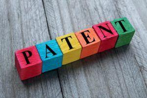 Bunte Würfel mit Patent drauf stehen
