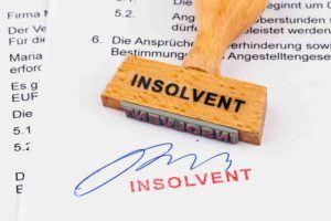 Stempel für Insolvenzrecht liegt auf Papier