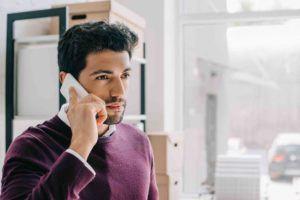 Geschäftsmann informiert sich über Insolvenzverfahren in Oesterreich