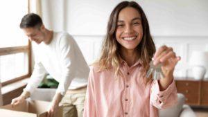 Ehepaar hält Mietwohnungsschlüssel in der Hand