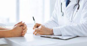 Arzt unterschreibt Vertrag