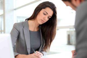 Frau unterzeichnet ein Dokument