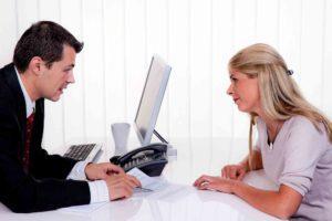 Frau bespricht die Firmengründung mit einem Mann
