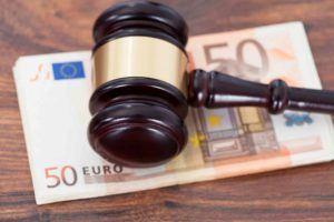 Gerichtshammer mit Euroschein