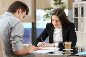Geschäftsleute unterzeichnen den Optionsvertrag