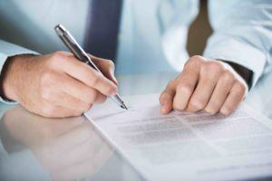 Anwalt für Vertragsrecht erstellt Vertrag