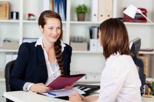 Frau lässt Arbeitsvertrag von der Anwältin erstellen lassen.
