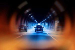 auto im Tunnel in der Nacht