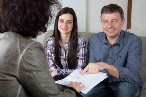 Vater und Tochter unterschreiben Leihvertrag