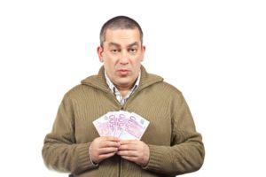 Mann hält das Geld für Miete in der Hand