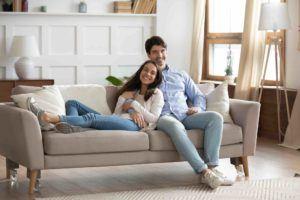 Ehepaar sitzt in neuer Mietwohnung