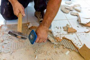Fliesen werden entfernt wegen Umbau in Mietwohnung