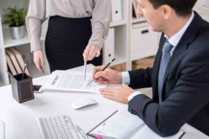 Rechtsanwalt unterschreibt den Optionsvertrag