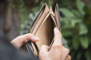 Hand öffnet leere Geldbörse