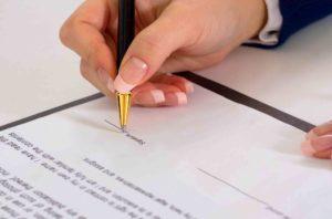 Frau unterschreibt Kollektivvertrag