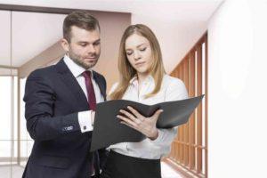 Frau und Mann prüfen Maklervertrag