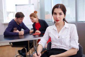 Junge Mitarbeiterin wird von zwei Kollegen gemobbt.