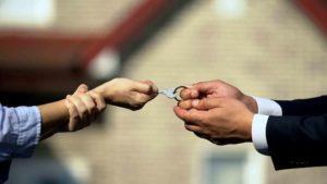 Mann zieht mit Gewalt den Schlüssel von Frau