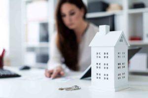 Frau erstellt Wohnungseigentumsvertrag Kosten