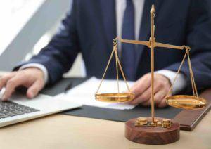 anwalt für sozialrecht tippt am Laptop