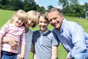 Familie mit Kindern am Bauernhof
